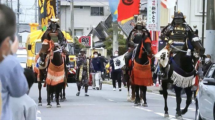Kuda dan pakaian perang zaman kuno Jepang memeriahkan awal estafet obor olimpiade di Fukushima, Kamis (25/3/2021).