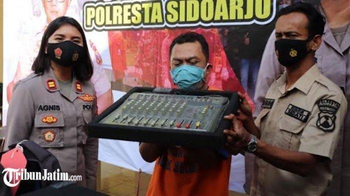 Kebingungan untuk melunasi pinjaman online (pinjol), seorang kuli bangunan yaitu Edi Santoso nekat mencuri. Sebanyak 13 masjid dan musala di kawasan Sidoarjo dan Surabaya, Jawa Timur menjadi sasaran pria yang berusia 38 tahun tersebut.