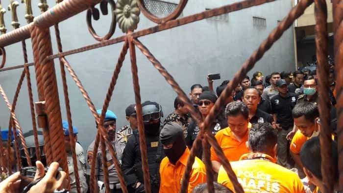 Rekonstruksi pembunuhan satu keluarga di Bekasi, Rabu (21/11/2018).
