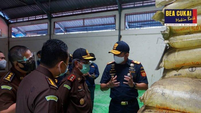 Tinjau Amonium Nitrat, Kejaksaan Tinggi Kepulauan Riau Kunjungi Gudang Bea Cukai