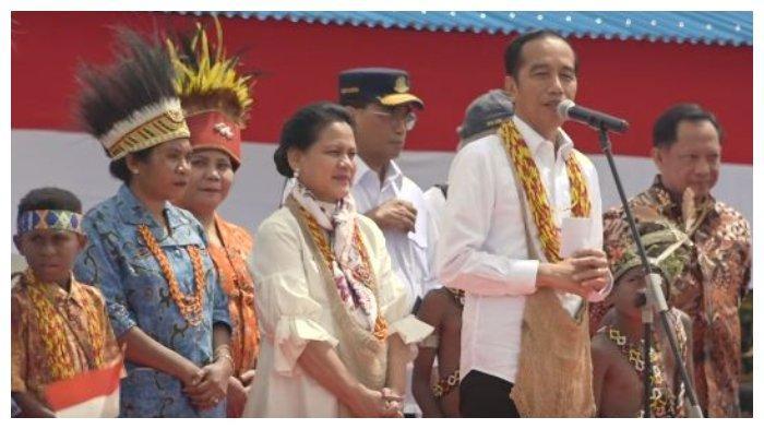 Presiden Jokowi saat melakukan kunjungan dan bertemu masyarakat di lapangan bola Irai di Kabupaten Pegunungan Arfak, Provinsi Papua Barat, Minggu (27/10/2019).