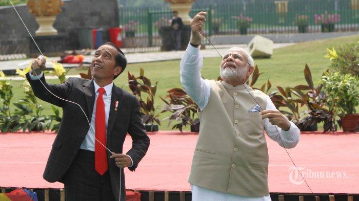 Presiden Joko Widodo bersama Perdana Menteri India Narendra Modi bermain layang-layang usai meninjua pameran India-Indonesia KITE Exhibition, Rabu (30/5/2018). Pameran tersebut diselenggarakan untuk menandakan 70 tahun hubungan bilateral Indonesia-India. TRIBUNNEWS/HERUDIN