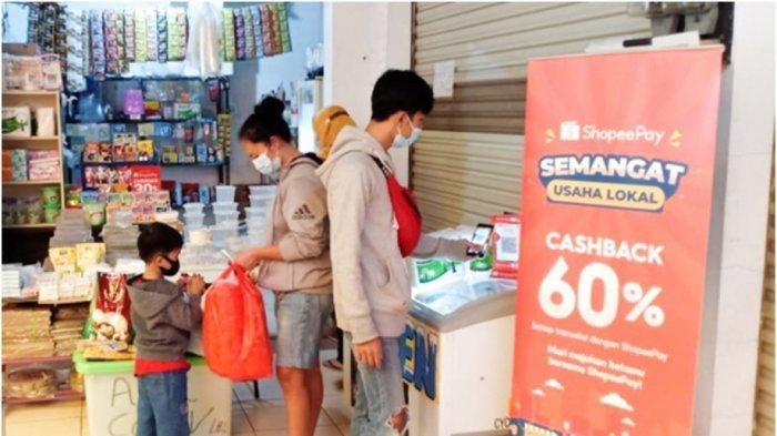 Penggunaan ShopeePay pada salah satu gerai UMKM di Kota Bandung. (ShopeePay)