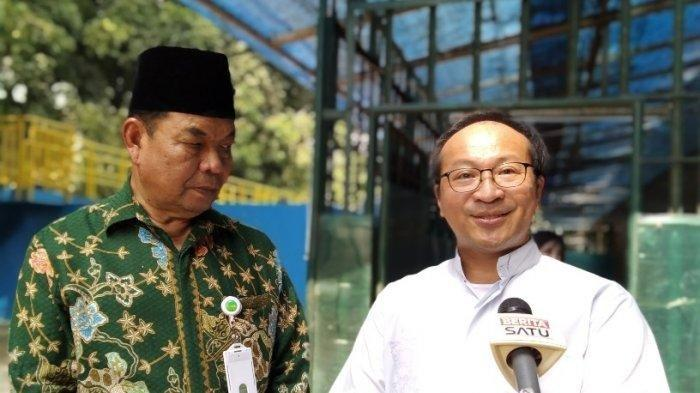 Perwakilan Gereja Katedral, Romo Hani Rudi (kanan) dan Ketua Badan Pelaksana Pengelola Masjis Istiqlal, Asep Saepudin (kiri), saat diwawancarai Wartawan, di halaman Masjid Istiqlal, Jakarta Pusat, Sabtu (10/8/2019).