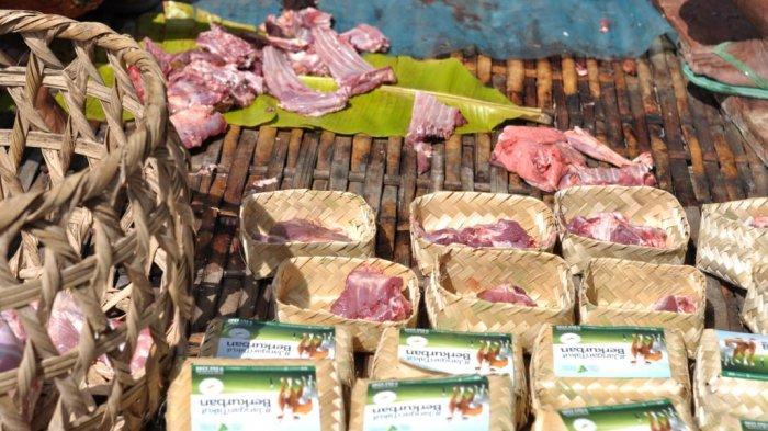 Daging kurban yang dibagikan ke masyarakat