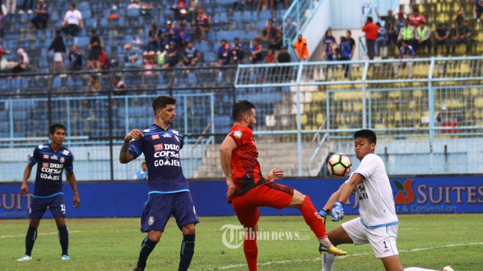 MENANG TELAK - Kurnia Meiga, kiper Arema FC berebut bola dengan Anmar Al Mubaraki, gelandang Persiba Balikpapan dalam lanjutan Go-Jek Traveloka Liga 1 di Stadion Kanjuruhan Kepanjen, Kabupaten Malang, Jumat (18/8/2017). Arema FC mengalahkan Pesiba Balikpapan dengan skor 3-0. SURYA/HAYU YUDHA PRABOWO