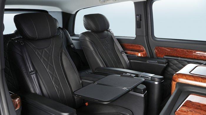 Kursi penumpang Mercedes-Benz Vito berlapis kulit yang sudah dilengkapi dengan electric recline, legrest, headrest, heater, cooler, massage dan bahkan meja lipat.