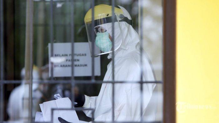 Petugas medis dengan memakai alat pelindung diri (APD) lengkap melakukan pemeriksaan swab kepada pasien yang telah mendaftarkan diri di Laboratorium Kesehatan Daerah (Labkesda) Kota Depok, Jawa Barat, Kamis (23/4/2020). Labkesda Kota Depok sudah bisa melakukan uji PCR (polymerase chain reaction) untuk memeriksa swab lendir para pasien suspect Covid-19, yang selama ini hanya bisa dilakukan di Jakarta. Tribunnews/Herudin