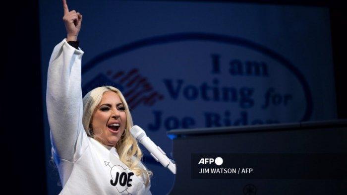 Lady Gaga tampil di hadapan calon presiden dari Partai Demokrat Joe Biden saat Drive-In Rally di Heinz Field di Pittsburgh, Pennsylvania, pada 2 November 2020.