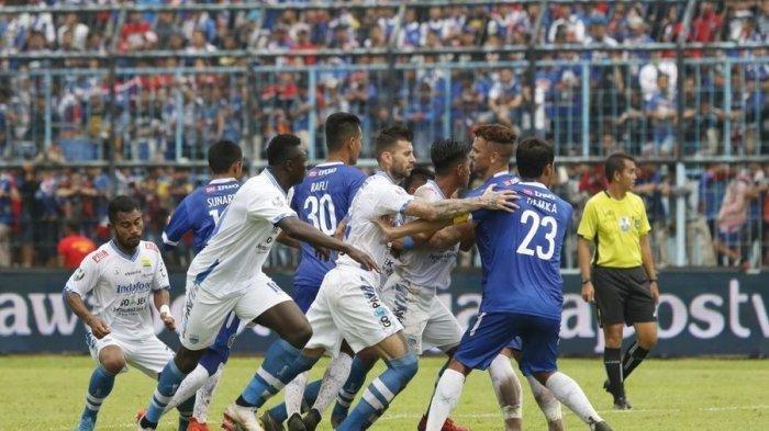 Laga Arema FC vs Persib Bandung pada babak 16 besar Piala Indonesia di Stadion Kanjuruhan, Malang, Jumat (22/2/2019). Kedua tim bermain imbang 2-2.
