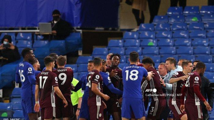 Para pemain saling memprotes di menit-menit akhir pertandingan sepak bola Liga Utama Inggris antara Chelsea dan Leicester City di Stamford Bridge di London pada 18 Mei 2021. Chelsea memenangkan pertandingan 2-1.