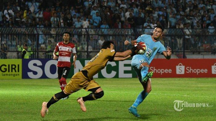 Pemain Persela Lamongan, Alex Dos Santos (kanan) berebut bola dengan kiper Madura United, M Ridho dalam laga pekan pertama Liga 1 2019 di Stadion Surajaya, Lamongan, Jawa Timur, Jumat (17/5/2019) malam. Surya/Sugiharto