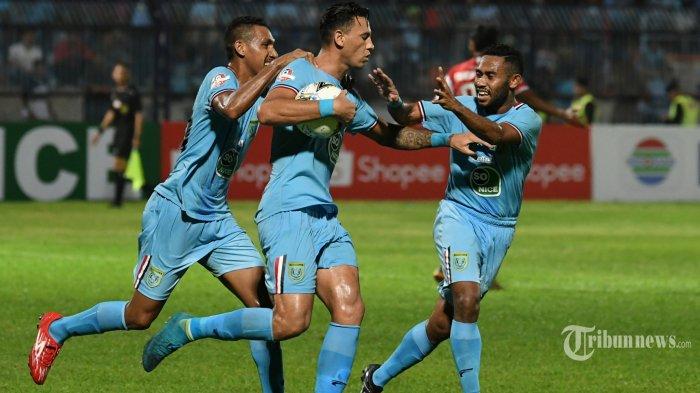 Pemain Persela Lamongan, Alex Dos Santos (tengah) merayakan golnya ke gawang Madura United bersama rekan-rekannya dalam laga pekan pertama Liga 1 2019 di Stadion Surajaya, Lamongan, Jawa Timur, Jumat (17/5/2019) malam. Surya/Sugiharto