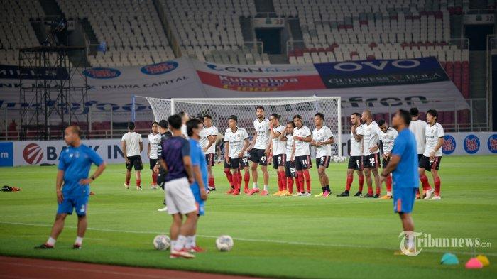 Para pemain Bali United dan Persik Kediri melakukan pemanasan jelang dimulainya laga pembuka BRI Liga 1 2021-2022 di Stadion Utama Gelora Bung Karno (SUGBK), Senayan, Jakarta Pusat, Jumat (27/8/2021) malam. Setelah terhenti selama 1,5 tahun akibat pandemi Covid-19, kompetisi Liga 1 kembali digulirkan dengan protokol kesehatan yang ketat. Laga pembuka mempertemukan Bali United kontra Persik Kediri dengan hasil akhir 1-0 untuk keunggulan Bali United. AFP/Bay Ismoyo