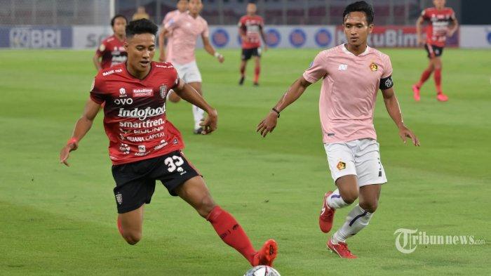 Pesepak bola Bali United, I Made Andhika Pradana Wijaya (kiri) menggiring bola dibayangi pesepak bola Persik Kediri, Dany Saputra dalam laga pembuka BRI Liga 1 2021-2022 di Stadion Utama Gelora Bung Karno (SUGBK), Senayan, Jakarta Pusat, Jumat (27/8/2021) malam. Setelah terhenti selama 1,5 tahun akibat pandemi Covid-19, kompetisi Liga 1 kembali digulirkan dengan protokol kesehatan yang ketat. Laga pembuka mempertemukan Bali United kontra Persik Kediri dengan hasil akhir 1-0 untuk keunggulan Bali United. AFP/Bay Ismoyo