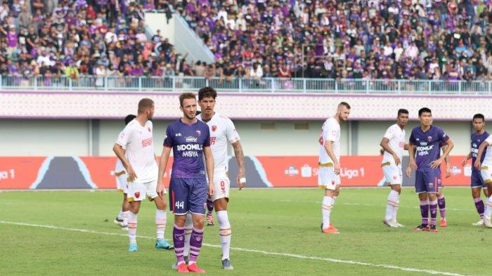 Asnawi Mangkualam berebut bola dengan Samsul Arif di laga antara Persita Tangerang menghadapi PSM Makassar di Liga 1 2020