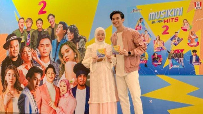 Rey Mbayang dan Dinda Hauw yang ikut masuk ke dalam album kompilasi Muskini Superhits 2 saat menggelar jumpa pers di KFC Kemang, Jakarta Selatan, Rabu (21/4/2021). --