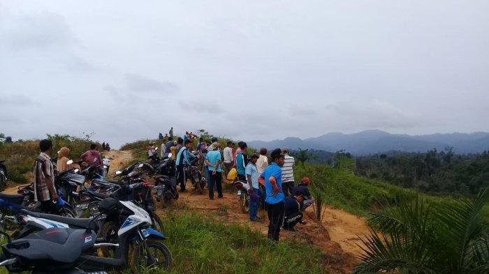 Warga Batu Bersurat Hentikan Paksa Aktivitas Alat Berat di Lahan Perkebunan Sawit PT SATU