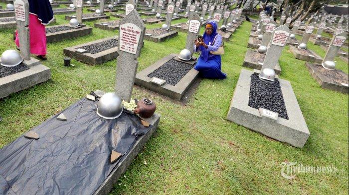 Lahan kosong di sebelah makam Ibu Negara Hasri Ainun Habibie di TMP Kalibata, Jakarta Selatan, disiapkan untuk liang lahat Presiden ke-3 RI Bacharuddin Jusuf Habibie di Blok M nomor 120. Foto dibuat saat persiapan pemakaman Ani Yudhoyono pada Sabtu (1/6/2019). Istri presiden ke-6 ini akan dimakamkan pada hari Minggu (2/6/2019) berdekatan dengan makam istri Presiden BJ Habibie, Ainun Habibie.