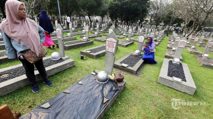 Lahan kosong di sebelah makam Ibu Negara Hasri Ainun Habibie di TMP Kalibata, Jakarta Selatan, disiapkan untuk liang lahat Presiden ke-3 RI Bacharuddin Jusuf Habibie di Blok M nomor 120. Foto dibuat saat persiapan pemakaman Ani Yudhoyono pada Sabtu (1/6/2019).