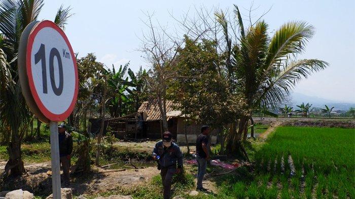 Lahan milik Iman Rohiman (45) berada tepat di depan lahan yang akan digunakan depo kereta cepat serta di pinggir rel kereta api atau berada dekat dengan Kampung Bobodolan.