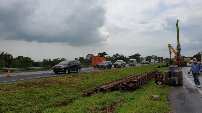 Rekayasa lalu lintas di KM 122 Tol Cikopo-Palimanan (Cipali) yang mengalami keretakan tanah