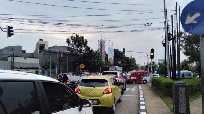 Penampakan lampu lalu lintas di Jalan Ciputat Raya, Kebayoran Lama, Jakarta Selatan, Jumat (19/7/2019)