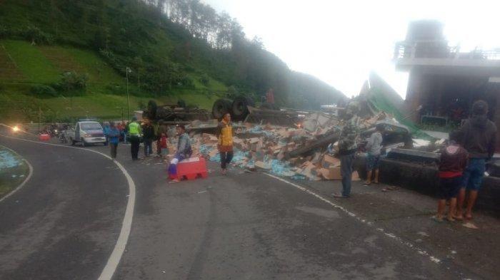Truk muatan minuman isotonik terguling di jalan alternatif Tawangmangu-Magetan Desa Blumbang Kecamatan Tawangmangu Kabupaten Karanganyar, Jumat (22/1/2021).