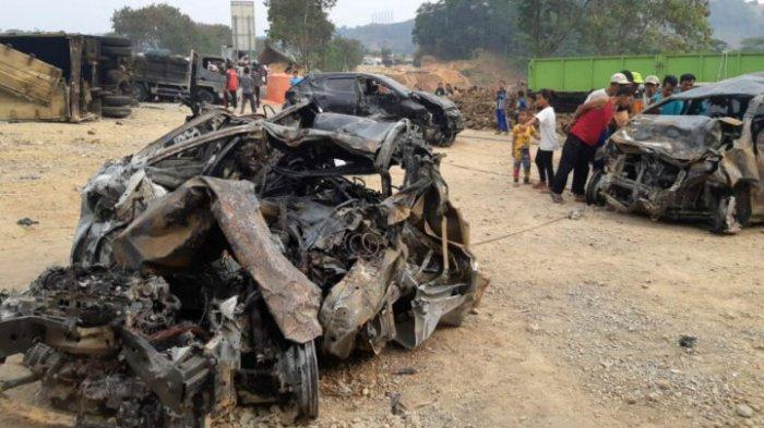 Warga melihat sisa-sisa kendaraan yang hangus terbakar dalam kecelakaan beruntun di ruas Jalan Tol Cipularang Km 91, Purwakarta, Jawa Barat, Senin (2/9/2019), Kecelakaan ini melibatkan 21 kendaraan dan menyebabkan sedikitnya 8 orang tewas.