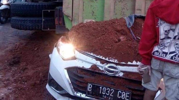 Kondisi Daihatsu Sigra yang remek tertimpa dump truck pengangkut tanah uruk dan menewaskan 4 orang penumpang di Jalan Imam Bonjol, Kota Tangerang, Kamis (1/8/2019) pagi.