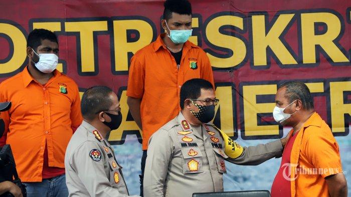 Kapolda Metro Jaya Irjen Polisi Nana Sudjana didampingi, Kabid Humas Polda Metro Jaya Kombes Yusri Yunus saat berbincang dengan Tersangka John Kei usai menggelar rilis kasus aksi kekerasan dan penganiayaan oleh kelompok John Kei di Polda Metro Jaya, Jakarta Selatan, Senin (22/6/2020). Kelompok John Kei terlibat aksi kekerasan dan penganiayaan kepada kelompok Nus Kei pada minggu (21/6) yang mengakibatkan 1 orang dari  kelompok Nus Kei Tewas dan 1 mengalami luka-luka. Tribunnews/Jeprima