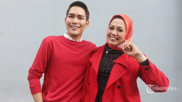 Pasangan komedian Elly Sugigi bersama kekasihnya, Aditya Gumelar saat dijumpai di kawasan Tendean, Jakarta Selatan, Rabu (25/12/2019). Elly Sugigi baru saja memotong atau merapikan gigi yang selama ini menjadi ciri khas penampilannya. Namun katanya, hal itu bukan demi kekasihnya, melainkan untuk dirinya sendiri. Tribunnews/Herudin