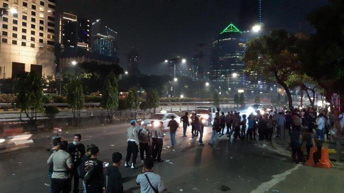 Situasi di Jalan Gatot Subroto, Jakarta Pusat, berangsur kondusif setelah kerusuhan yang terjadi di simpang Semanggi antara massa dengan pihak kepolisian.