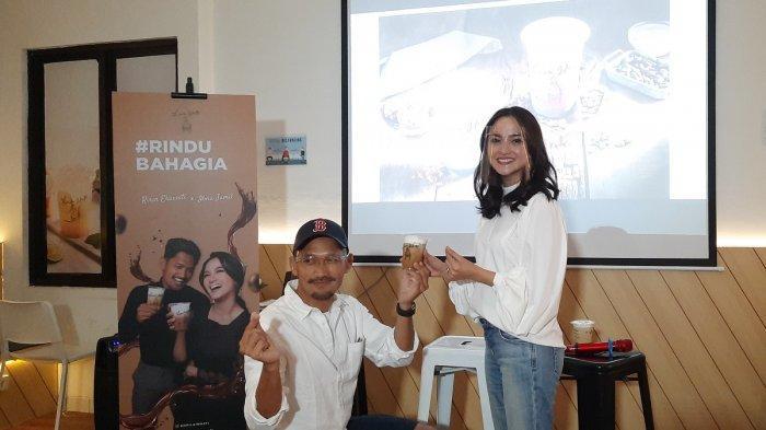 Momen ketika Ibnu Jamil membuat reka adegan melamar k Ririn Ekawati di outlet Kopi Lain Hati di Kemang, Jakarta Selatan, Sabtu (21/11/2020).