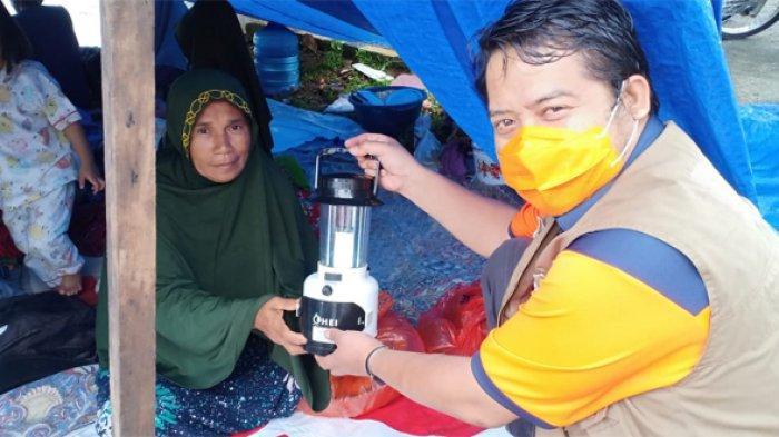 Dengan Garam, Suasana Gelap di Lokasi Pengungsian Korban Gempa Jadi Terang