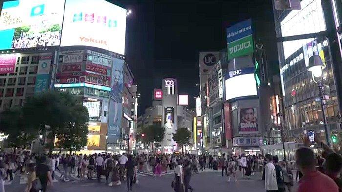 Saat lampu masih menyala di persimpangan Hachiko yang paling ramai di dunia di Shibuya Tokyo Jepang.