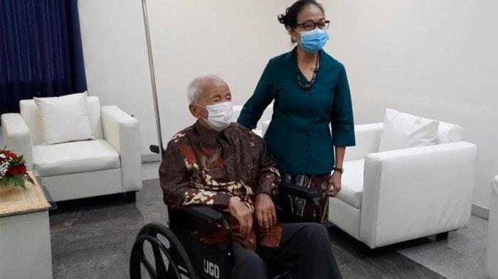 Wirjawan Hardjamulia, seorang lansia berumur 105 tahun, masih tampak bersemangat kala divaksin covid-19. Ia menghadiri Program Home Care & Home Delivery Vaksinasi 10.000 Lansia untuk Negara yang dilaksanakan di Rumah Sakit Husada, Jakarta Pusat, Rabu (21/4/2021) pagi.