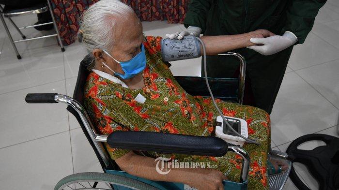 LANSIA DIVAKSIN - Sejumlah lansia saat akan mengikuti vaksinasi Covid-19 di Puskesmas Ngagel Rejo, Selasa (23/2). Seluruh Puskesmas di Surabaya mulai melakukan vaksinasi Covid-19, warga yang berumur diatas 60 tahun itu mulai menjalani vaksinasi di gelombang kedua ini. Di Puskesmas Ngagel Rejo hari pertama sebanyak 125 lansia mengikuti vaksinasi. SURYA/AHMAD ZAIMUL HAQ