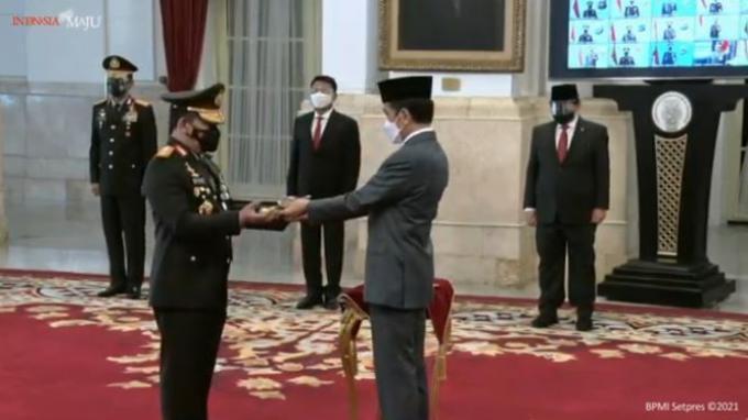 Presiden Joko Widodo (Jokowi) resmi melantik Listyo Sigit Prabowo menjadi Kepala Kepolisian Negara Republik Indonesia (Kapolri), pada Rabu (27/1/2021).