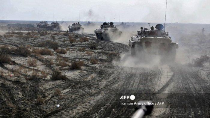 Foto selebaran ini disediakan oleh kantor Angkatan Darat Iran pada 19 Januari 2021, menunjukkan Pasukan Darat Angkatan Darat Iran mengambil bagian dalam latihan militer di wilayah pesisir Makran di tenggara Iran.