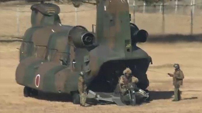 Latihan pasukan bela diri Jepang (SDF) di lapangan militer Chiba  disaksikan Menteri Pertahanan Jepang, Nobuo Kishi