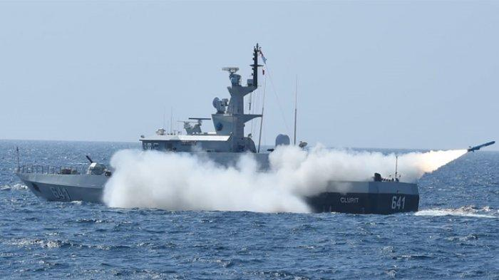 Kapal perang milik TNI Angkatan Laut, yang sedang melakukan latihan menembakkan rudal jenis C-705 di perairan Natuna, Kamis (8/4/2021).