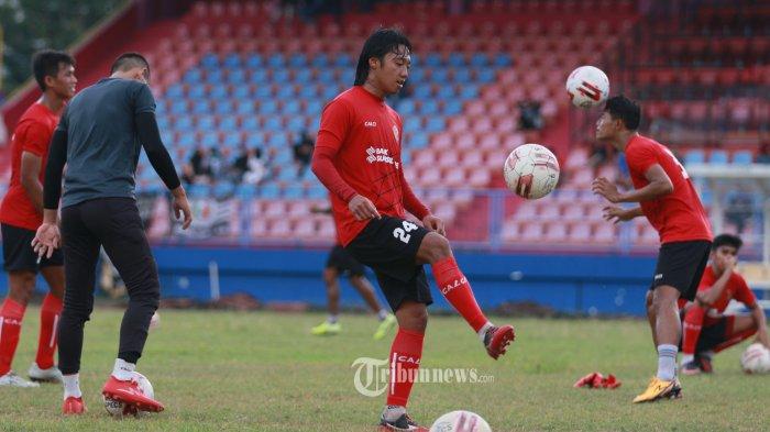 LATIHAN PERDANA --- Laskar Wong Kito, Sriwijaya FC menggelar latihan perdana di Stadion Madya Bumi Sriwijaya Palembang, Selasa (1/9/2020). Latihan perdana yang menjadi perhatian khusus suporter ini dipersiapkan mengikuti lanjutan Kompetisi Liga2, 17 Oktober 2020 mendatang. SRIPO/SYAHRUL