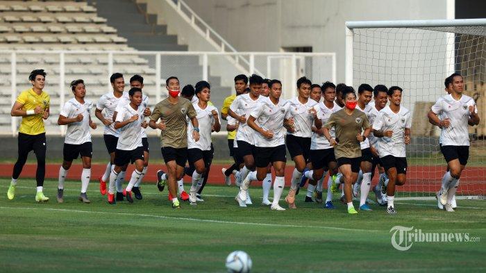 Pemain Timnas Indonesia melakukan latihan di Stadion Madya, Kompleks Gelora Bung Karno, Jakarta, Jumat (7/8/2020). Timnas Indonesia dan Tinnas Indonesia U-19 kembali melakukan pemusatan latihan saat pandemi COVID-19 untuk persiapan lanjutan kualifikasi Piala Dunia 2022 bagi Timnas Indonesia dan Timnas Indonesia U-19 jelang Piala AFC U-19 2020. TRIBUNNEWS/IRWAN RISMAWAN