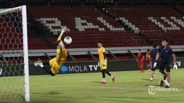 Pemain Timnas Vietnam melakukan latihan di Stadion Kapten I Wayan Dipta Gianyar, Senin (14/10/2019). Latihan tersebut digelar sebagai persiapan jelang pertandingan kualifikasi Piala Dunia 2022 melawan Indonesia pada Selasa 15 Oktober 2019. TRIBUN BALI/I NYOMAN MAHAYASA