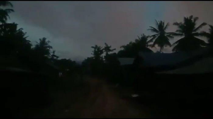 Suasana Dusun Lau Meciho menjelang malam tiba. Dusun yang berada di Kecamatan Mardingding, Kabupaten Karo, Sumatra Utara, hingga saat ini belum dialiri listrik PLN.