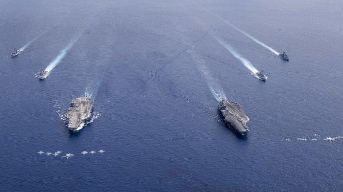 Angkatan Laut Amerika Serikat, pada Selasa (7/7/2020) merilis foto armada laut AS di Pasifik. Di barisan depan dua kapal induk, USS Nimitz dan USS Ronald Reagan.
