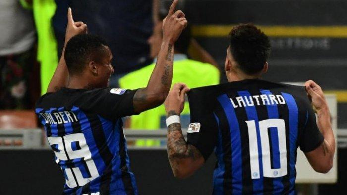 Lautaro Martinez (kanan) mencetak gol Inter Milan ke gawang Cagliari dalam partai Liga Inggris di Stadion Giuseppe Meazza, Milan, 29 September 2018.