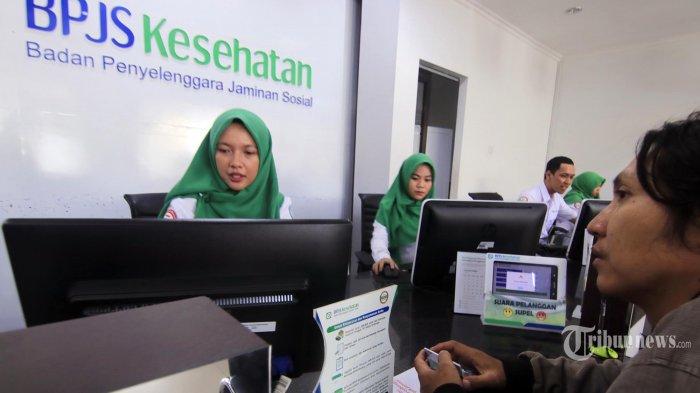 Sejumlah petugas melayani peserta Jaminan Kesehatan Nasional di kantor BPJS Kesehatan di Jalan Abdul Wahab Syachranie, Kelurahan Air Hitam, Kecamatan Samarinda Ulu, Kota Samarinda, Kalimantan Timur, Senin (10/2/2020). Sesuai Perpres Nomor 75 Tahun 2019, iuran BPJS Kesehatan dipastikan naik untuk tiap kelasnya.Diharapkan biaya yang naik berdampak pada pelayanan yang juga meningkat. (TRIBUNKALTIM/NEVRIANTO HARDI PRASETYO)