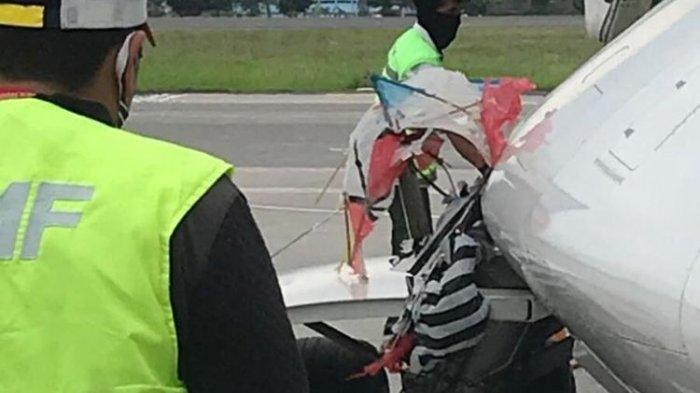 Layang-layang yang menyangkut di landing gear sebelah kiri pesawat Citilink pada Jumat 23 Oktober 2020.